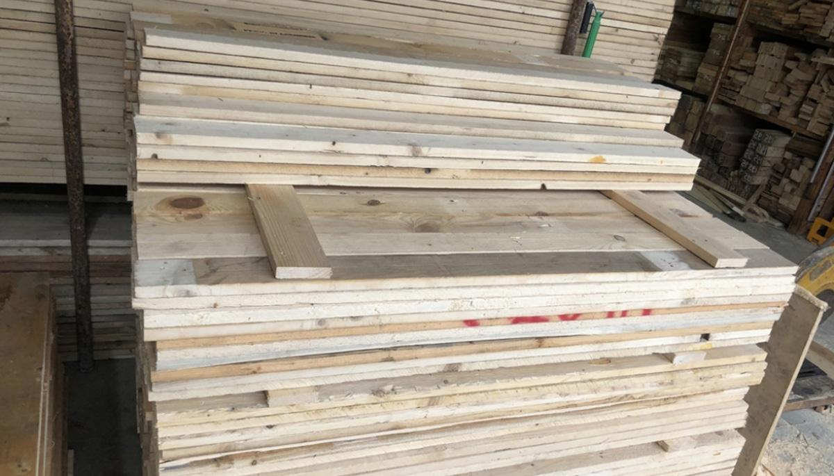 Gỗ Thông được cắt nhỏ thành từng thanh gỗ nhỏ